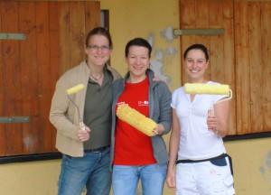 Malerin Manuela Täffner mit den Vorsitzenden des Fördervereins Mareike Klein und Silvia Keiser (von rechts)